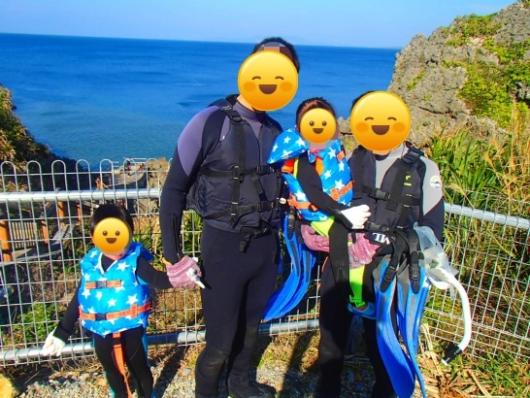 幼児(5歳と2歳)を連れた沖縄旅行。青の洞窟シュノーケリングツアー『ナチュラルブルー』の家族写真