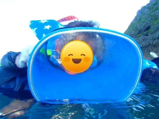 幼児(5歳と2歳)を連れた沖縄旅行。青の洞窟シュノーケリングツアー『ナチュラルブルー』の2歳児箱メガネ