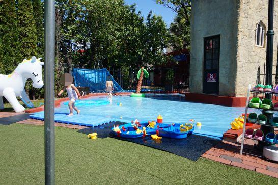 白い恋人パークのガリバータウン内の水遊び広場の全体