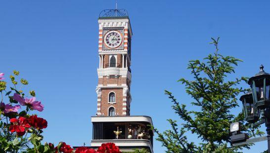 白い恋人パークの中庭のからくり時計塔
