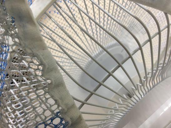 格安扇風機TEKNOSのカバーの隙間に指が入る
