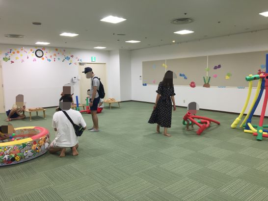 とよた子育て総合支援センター『あいあい』で体を使って遊ぶ部屋でのボールプールと積み木