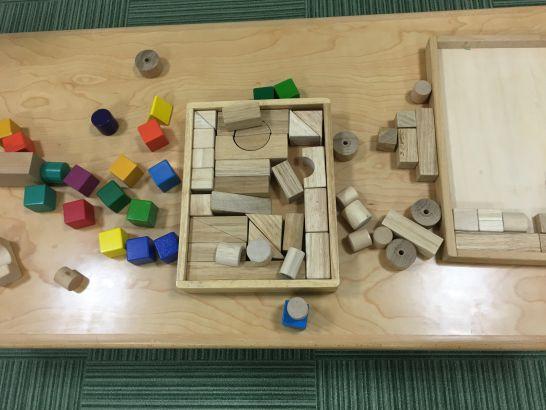 とよた子育て総合支援センター『あいあい』で体を使って遊ぶ部屋での積み木