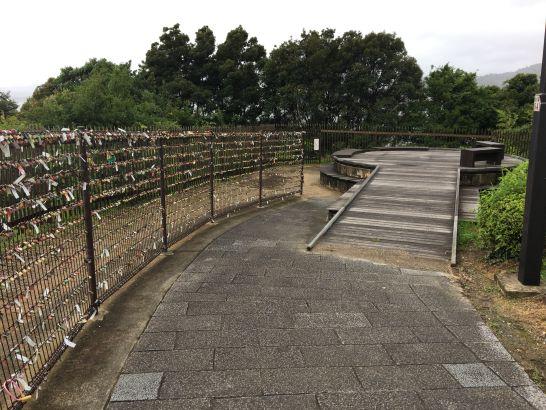 浜名湖サービスエリア(上り、下り)の恋人の聖地の恋人の鐘のベンチ