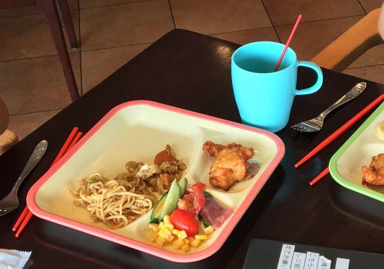 自然食ビュッフェ『ほがらか』の子供用食器のお箸、お皿、コップ