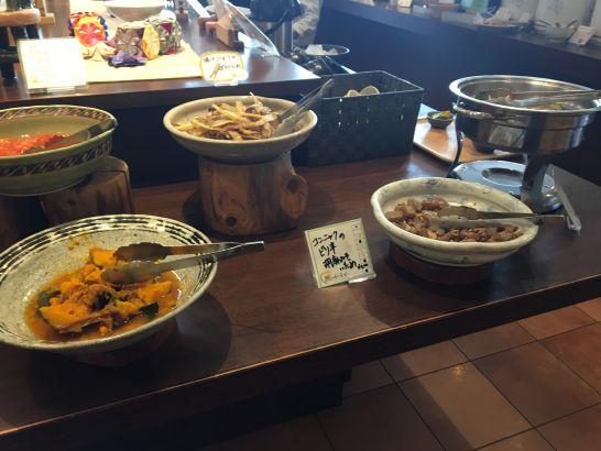 自然食ビュッフェ『ほがらか』の海鮮サラダ、煮物、煮魚