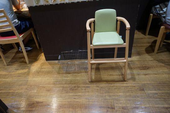 石松餃子 JR浜松駅店の子供用の椅子