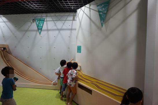 浜松科学館みらいーらのキッズ・サイエンス・ランドのボール展示物