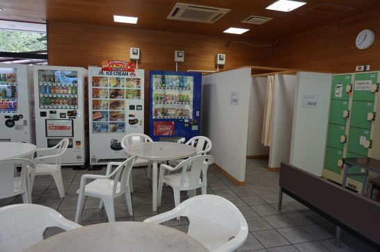 岐阜ファミリーパークのこどもゾーンの管理棟1階にある休憩室と授乳室