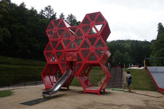 岐阜ファミリーパークのこどもゾーンの赤い六角形のジム