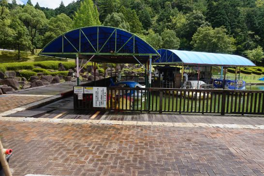 岐阜ファミリーパークのこどもゾーンの池にあるボート
