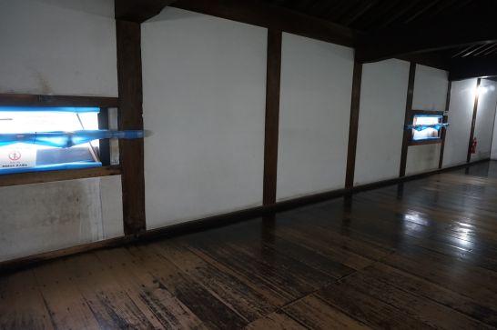 犬山城内の窓の高さ