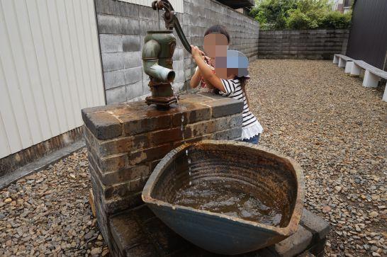 犬山城下町のCUTEの手押し井戸ポンプ
