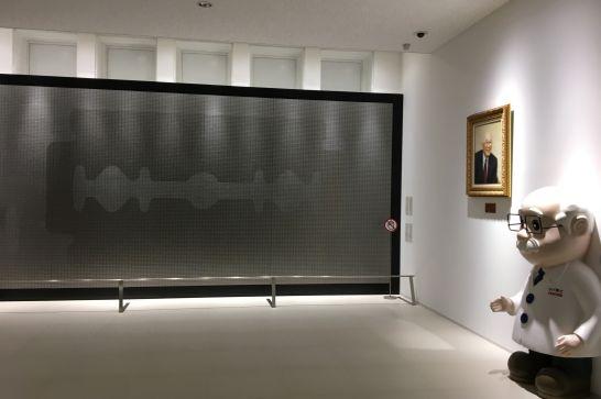 フェザーミュージアムの2階展示室のカミソリウォール