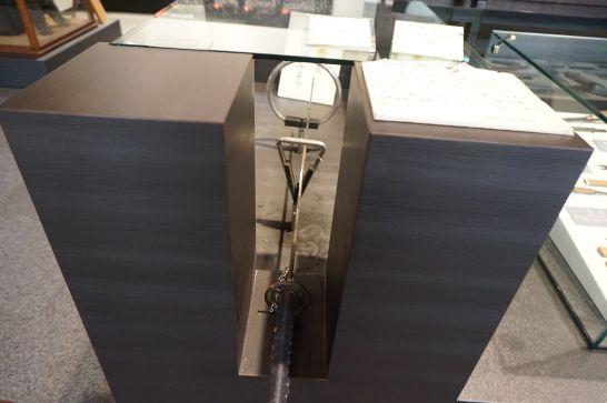 関鍛冶伝承館の1階展示の刀の重さ体験