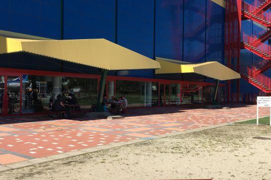 屋外の飲食スペース