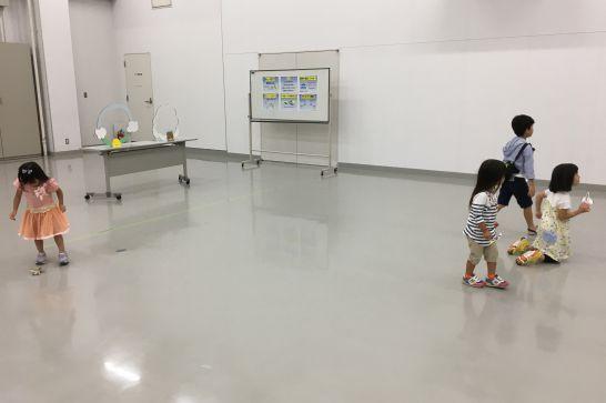 岐阜かかみがはら航空宇宙博物館の紙飛行機教室で出来た飛行機を飛ばす