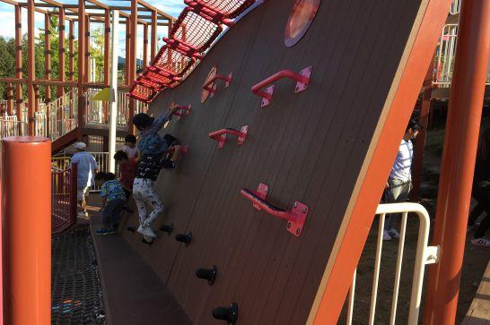 豊田スタジアム芝生広場コンビネーション遊具の傾斜ウッドスロープ