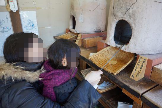 ぎふ清流里山公園の鶴次郎商店のせんべい手焼き体験