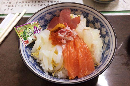 水口寿志亭市場の食堂の海鮮丼