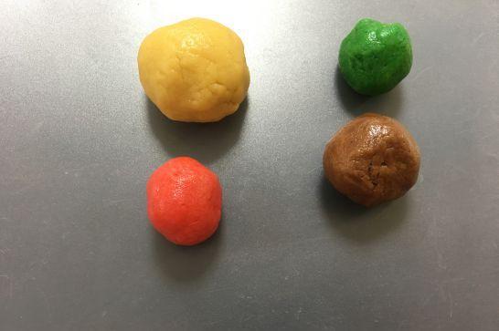 食用色素で色付けしたクッキー生地
