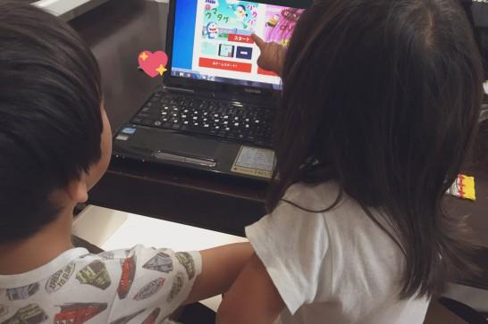子どもたちとパソコン